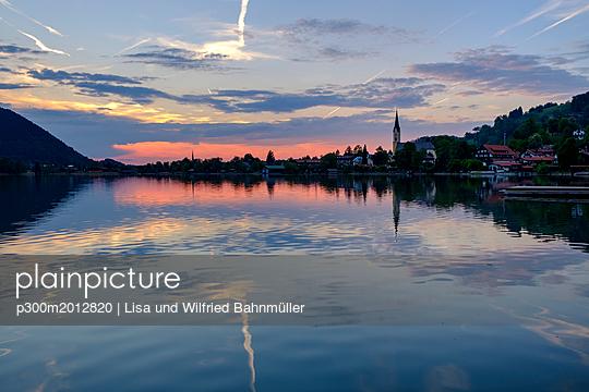 Germany, Bavaria, Upper Bavaria, Lake Schliersee, Schliersee with Parish Church St. Sixtus at sunset - p300m2012820 von Lisa und Wilfried Bahnmüller