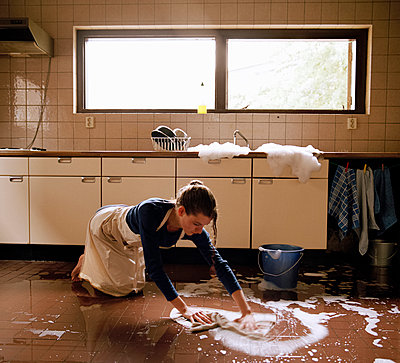 Mopping with the tap wide open - p1231m1057974 by Iris Loonen