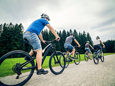Germany, Bavaria, Pfronten, family riding mountain bikes in the countryside - p300m1505870 by Nullplus