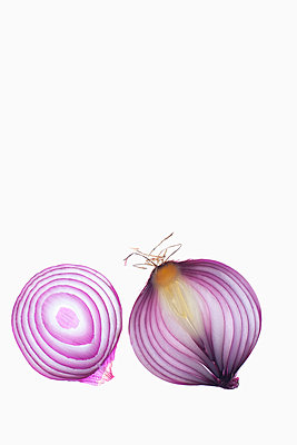 Cross section of red onions on white background - p609m1101698f by STUDD