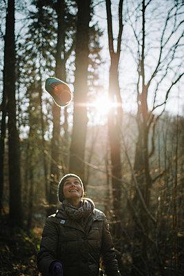 Junge Frau im Wald - p819m1128408 von Kniel Mess