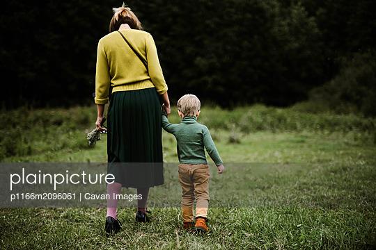 plainpicture - plainpicture p1166m2096061 - Anonymous mother and her so... - DEEPOL by plainpicture