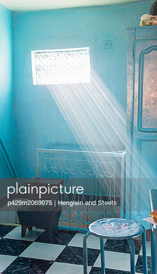 Sunrays coming in through window - p429m2069075 by Henglein and Steets