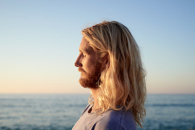 Man at the sea, portrait - p1124m1510832 by Willing-Holtz