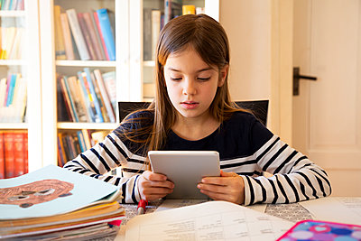 Girl doing homework with digital tablet - p300m2180912 by Larissa Veronesi