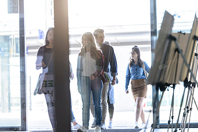 Students entering college building by glass doors - p429m2018855 by suedhang photography