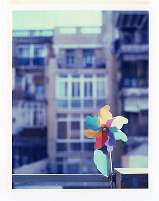 Urban balcony decorated with flower shaped pinwheel - p675m922746 by Marion Barat