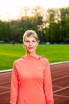 Sportliche Frau - p904m1031370 von Stefanie Päffgen