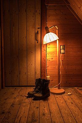 Stiefel neben einer Stehlampe - p930m1491873 von Phillip Gätz
