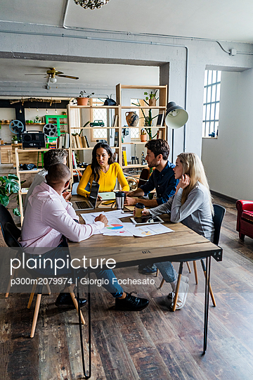 Business team having a meeting in loft office - p300m2079974 by Giorgio Fochesato
