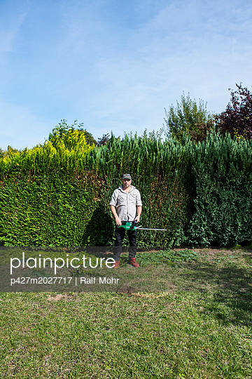 Cutting the hedges - p427m2027717 by R. Mohr