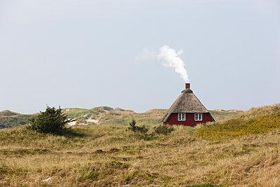 Rotes Reethaus mit Rauchwolke - p248m952353 von BY