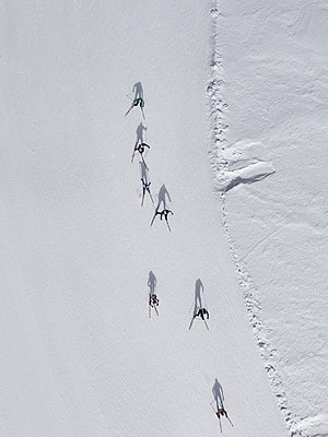 Aerial view of skiers on snowy slope, St. Moritz, Switzerland - p301m2017245 by Stephan Zirwes