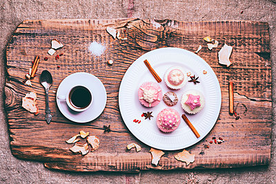 Cupcakes on ingredients on wooden tray with coffee - p555m1444071 by Denis Tevekov