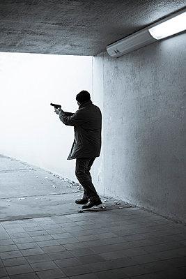 Bewaffneter Mann - p975m954194 von Hayden Verry