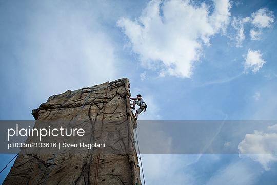Free climbing, Mauerpark, Berlin, Germany - p1093m2193616 by Sven Hagolani