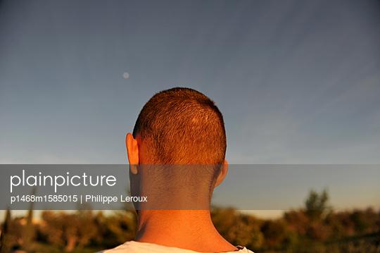 Jugendlicher mit Kurzhaarschnitt, Rückansicht - p1468m1585015 von Philippe Leroux