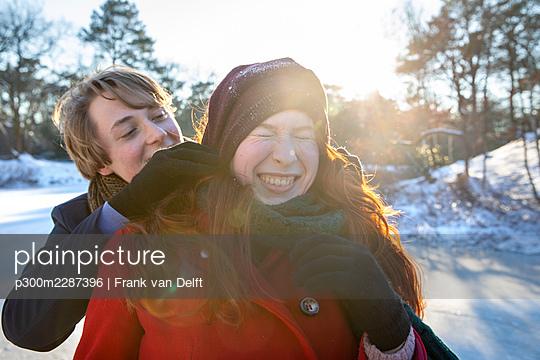 Netherlands, Vught, Vughtse Hei, ginger girl and boyfriend iceskating - p300m2287396 von Frank van Delft