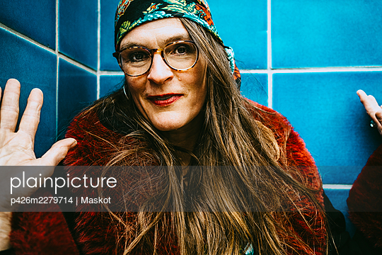 Portrait of mature woman with long brown hair wearing headscarf and eyeglasses - p426m2279714 by Maskot