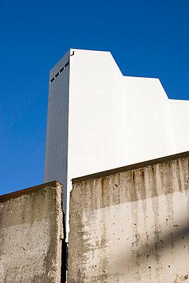 Fabrik hinter einer Mauer - p1021m778964 von MORA