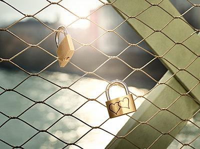 Austria, Wattens, golden love lock with hearts - p300m2114114 by Christian Vorhofer