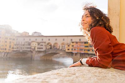 Woman at River Arno near Ponte Vecchio, Florence, Italy - p300m2170166 by Francesco Morandini