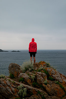 Mann auf den Klippen bei Saint-Malo - p470m2031609 von Ingrid Michel