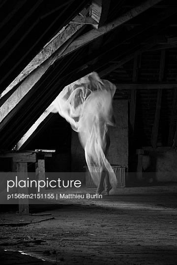 Tanz auf dem Dachboden - p1568m2151155 von Matthieu Burlin