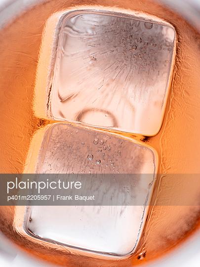 Eiswürfel im Sommerdrink - p401m2205957 von Frank Baquet
