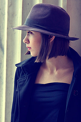 Young woman wearing hat - p1445m2129078 by Eugenia Kyriakopoulou