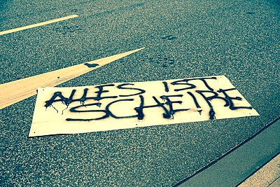 Liegengebliebenes Protestplakat   - p432m1465272 von mia takahara
