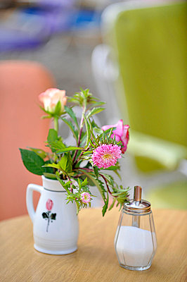 Blümchen in einer Vase - p949m658204 von Frauke Schumann