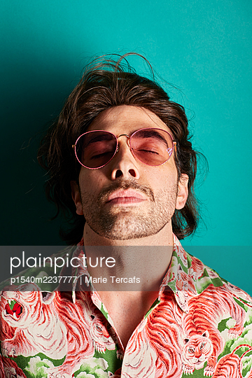 Man with sunglasses and colorful shirt, portrait - p1540m2237777 by Marie Tercafs
