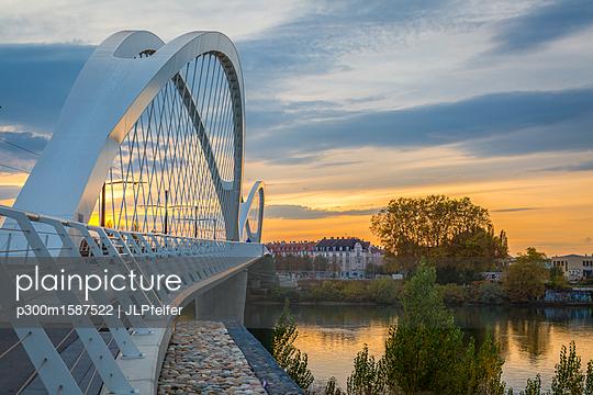 France, Alsace, Strasbourg, Passerelle des Deux Rives at sunset - p300m1587522 von JLPfeifer