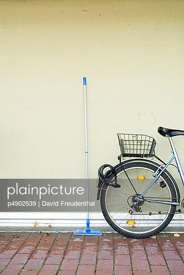 Ein Schrubber neben einem Fahrrad - p4902539 von David Freudenthal