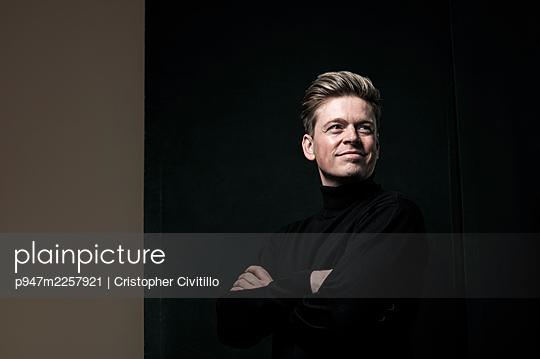 Confident man, portrait - p947m2257921 by Cristopher Civitillo