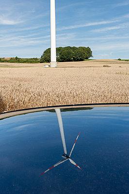 Spiegelung einer Windkraftanlage im Autodach - p1079m1042195 von Ulrich Mertens