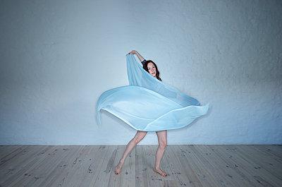 Tanz mit Tuch - p427m1082393 von R. Mohr