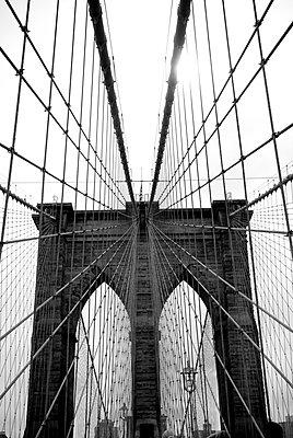 Seile der Brooklyn Bridge - p999m754875 von Monika Kluza