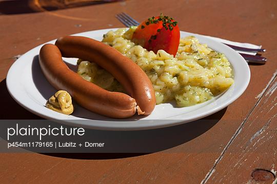 Kartoffelsalat mit Würstchen - p454m1179165 von Lubitz + Dorner