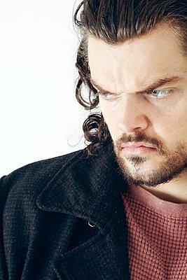 Porträt eines misstrauischen Mannes - p1248m1538604 von miguel sobreira