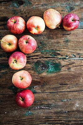 Apples for preparing Apple Pie on wood - p300m2041885 by Giorgio Fochesato