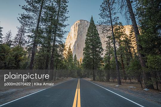 USA, California, Yosemite National Park, road and El Capitan - p300m2070422 by Kike Arnaiz