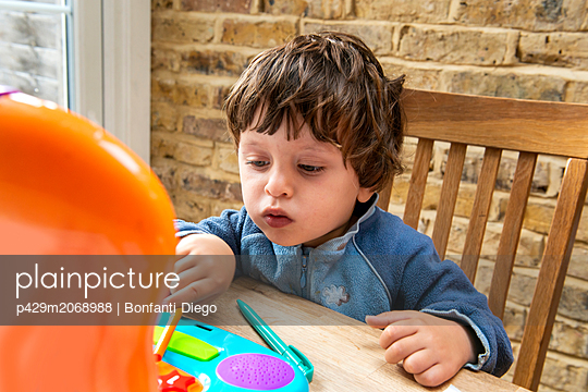Toddler boy using toy laptop - p429m2068988 by Bonfanti Diego