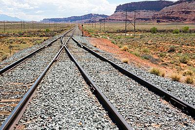 Gleise durch Landschaft in Utah - p1057m1466800 von Stephen Shepherd
