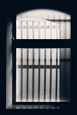 Gefängnisfenster - p1565m2142807 von Laurence Chellali
