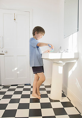 Boy cleaning teeth - p4297186f by Ashley Jouhar