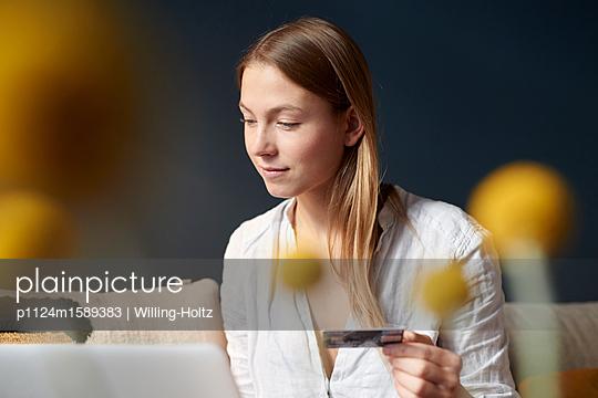Junge Frau macht Online Banking - p1124m1589383 von Willing-Holtz