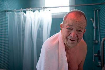 Elderly Man Smiling in Bathroom - p1490m1578286 by Michael Malyszko