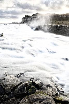 Stromschnellen in einer Felslandschaft, Island - p1643m2229383 von janice mersiovsky